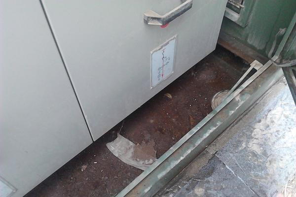 装置外形结构图 2、工作电源敷设 装置的工作电源采用就近取电的原则,在环网柜内的照明加热回路的进线取电,配小型断路器。敷设工作电源线,接地可靠。 3、排水管道敷设 将引水管一端接入装置排水口,用卡箍或扎带固定,出水管中间保持顺直,不能缠绕、折弯,防止排水不畅;另一端通向柜体外,并配防虫塞。水管的长度可根据现场情况进行裁剪。 4、具体安装 4.