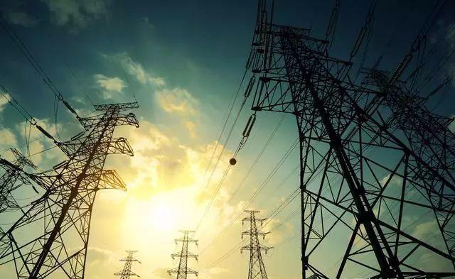 我国现在的10kV 110kV 220kV 500kV (国网已经有1000kV)高压输电线路都是没有零线的,因为这些电压等级都是不可以直接被设备(少数超高压设备除外)所接受的。而我们平时用电最多的是3相4线制(TNC系统),3根火线+1零线。而零线的主要作用有以下几个方面: 1、中性线(N线),和火线一起接成相电压。 2、充当某些运行设备的中性点接地(工作接地)。 3、和设备外壳相接充当保护(P线)。而这些在10kV以上电压等级是不需要的,110kV以上的输电线路上方有2条架空零线(或称架空避雷线、架空